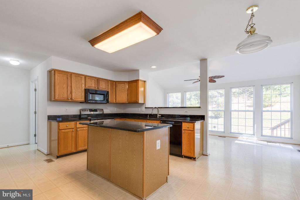 KITHCHEN WITH GRANITE COUNTERS AND VINYL FLOOR - 15355 BALD EAGLE LN, WOODBRIDGE