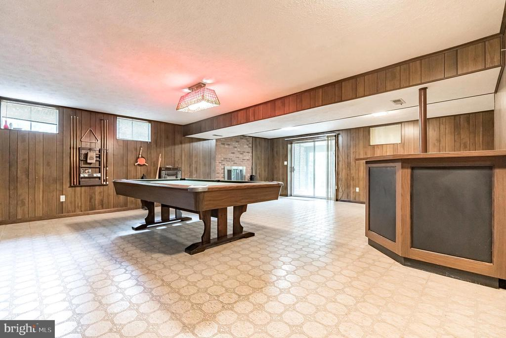 Corner bar and tons of space to entertain - 1227 AQUIA DR, STAFFORD