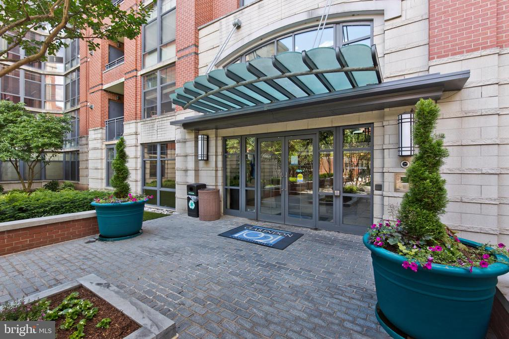 Building Exterior - 1021 N GARFIELD ST #242, ARLINGTON