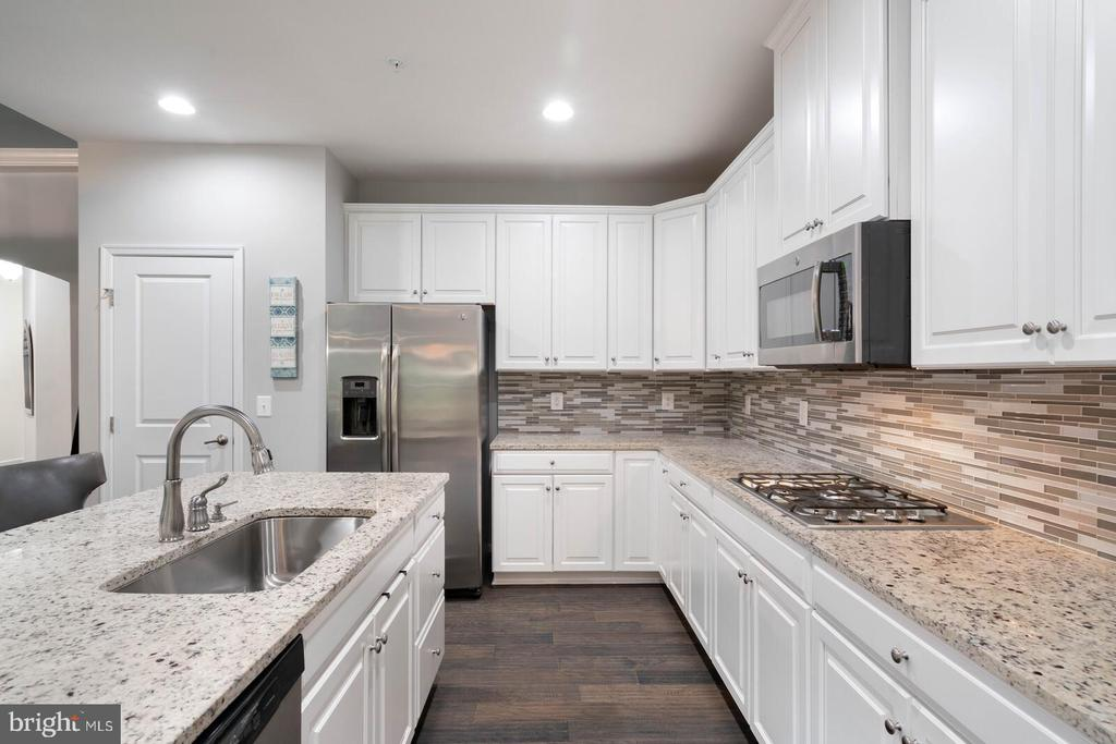 With a beautiful kitchen - 17559 SPRING CRESS DR, DUMFRIES