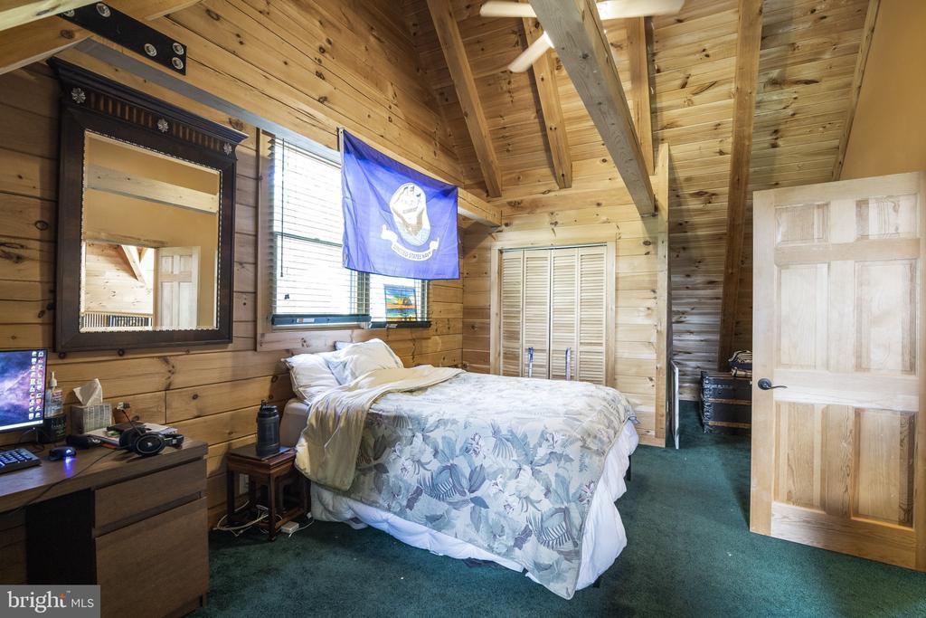 21x12 Upstairs Bedroom- Ceiling Fan w/ Light. - 23039 RAPIDAN FARMS DR, LIGNUM