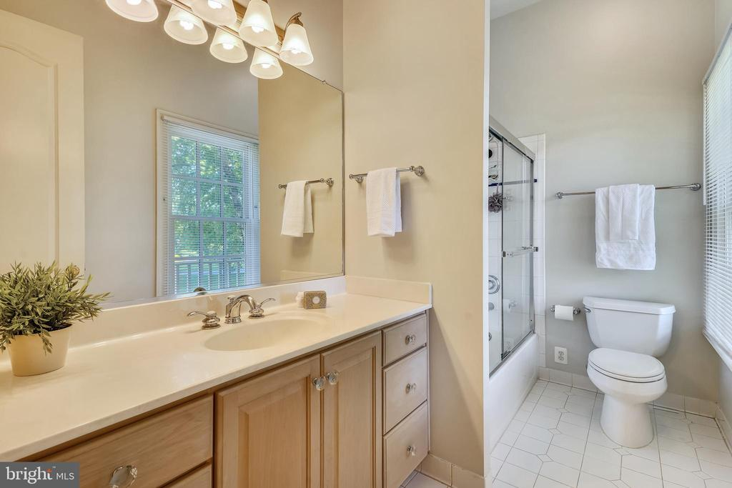 Spacious Private Bath serves 3rd Bedroom - 2539 DONNS WAY, OAKTON