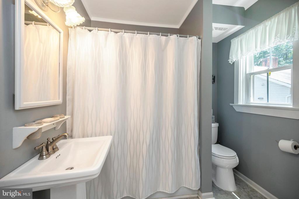 Main level full bath - 402 HARRISON CIR, LOCUST GROVE