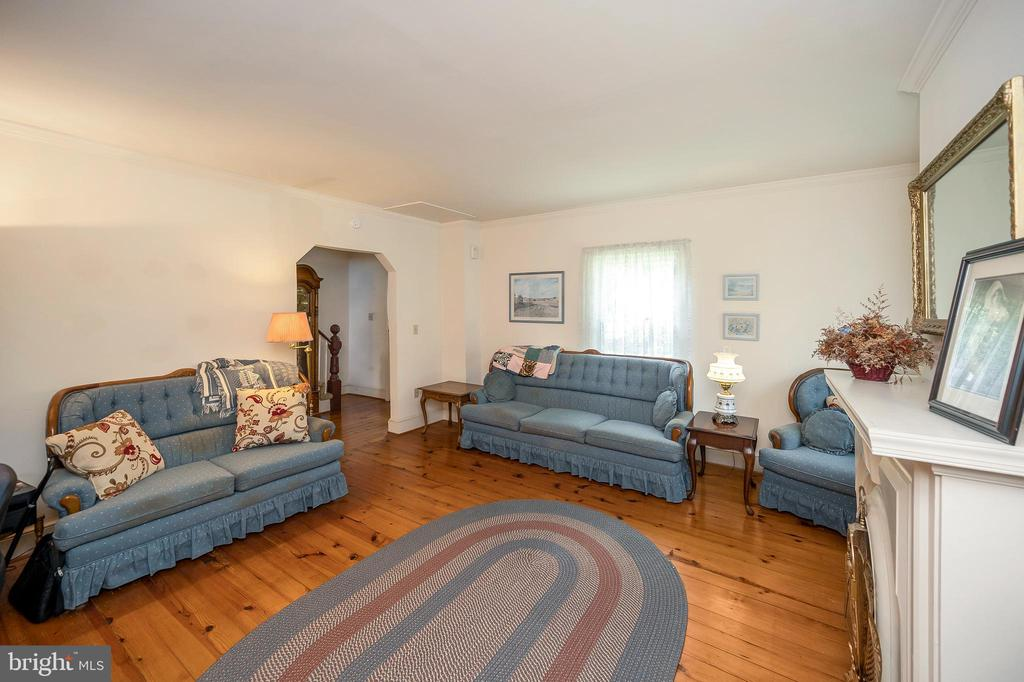 Love the old architecture of this room - 402 HARRISON CIR, LOCUST GROVE
