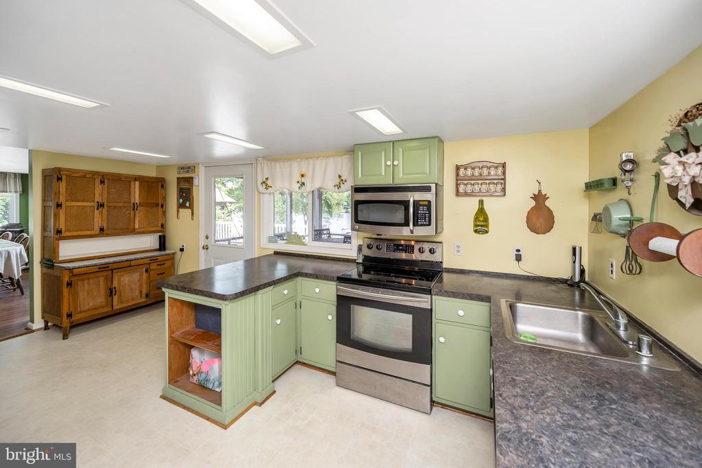 Ample counter and cabinet space - 402 HARRISON CIR, LOCUST GROVE