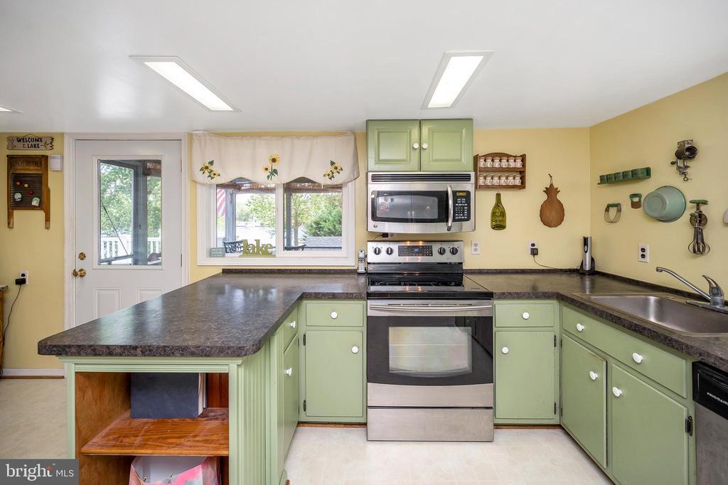 Screened porch is off the kitchen - 402 HARRISON CIR, LOCUST GROVE