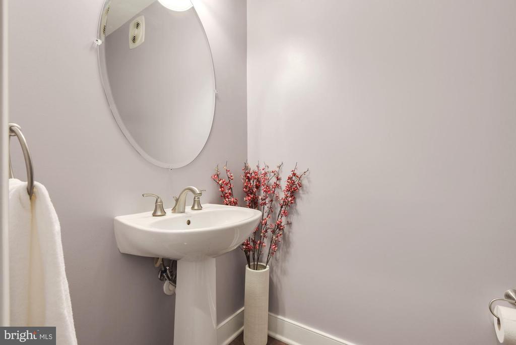 Main level Half Bath - 1418 N RHODES ST #B116, ARLINGTON