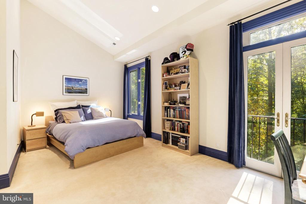 spacious and sunny upstairs bedroom - 1342 POTOMAC SCHOOL RD, MCLEAN