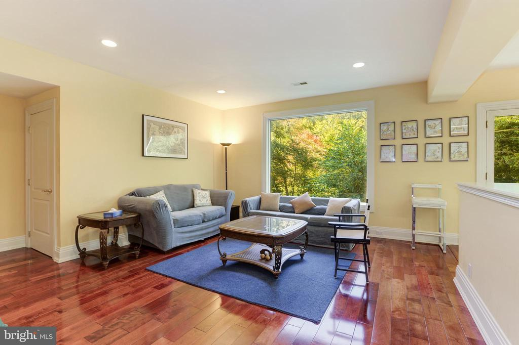 Lounge area above squash court and gym - 1342 POTOMAC SCHOOL RD, MCLEAN
