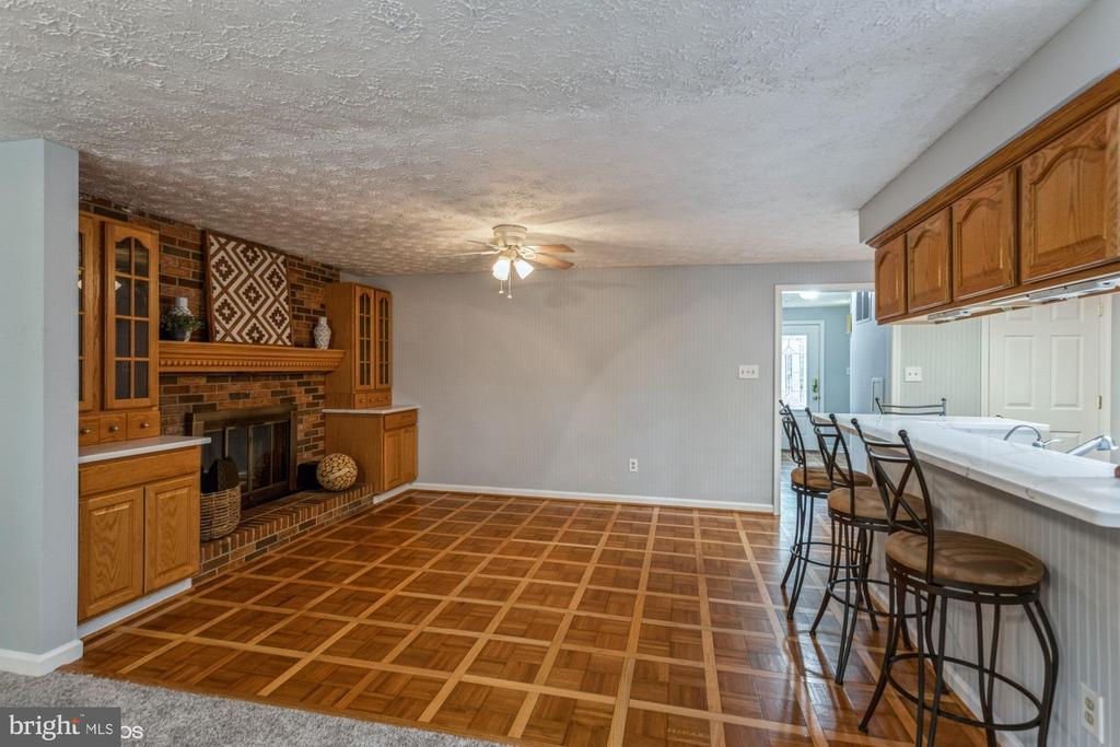 Wonderful dining space next to kitchen - 108 ALMEY CT, STERLING