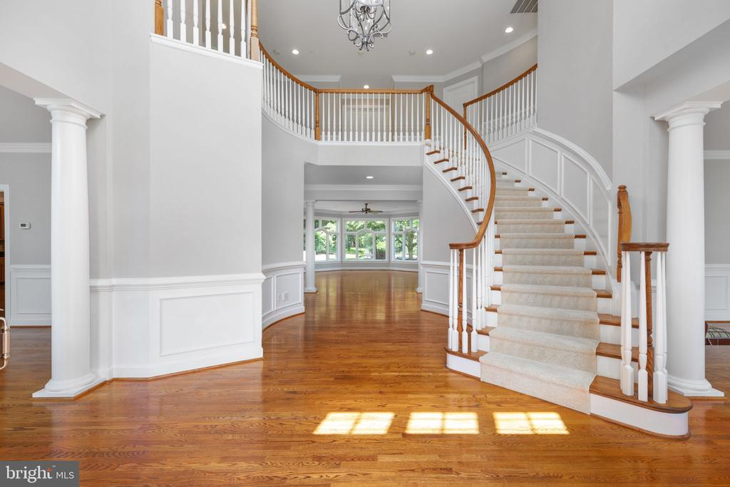 Stunning curved staircase - 20581 MYERS PL, LEESBURG