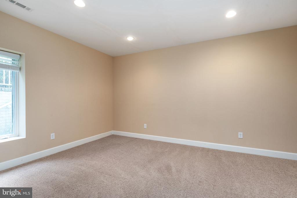 Lower level bedroom with full bath - 20581 MYERS PL, LEESBURG