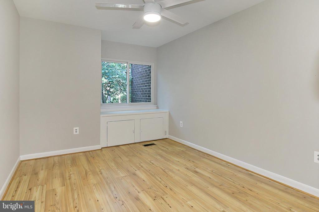 Spacious 2nd bedroom with views of woods - 2045 WETHERSFIELD CT, RESTON