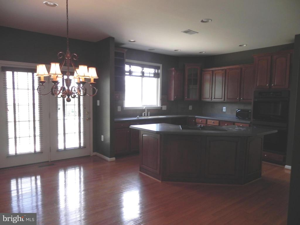 Kitchen with Breakfast area - 939 WAYNE DR, WINCHESTER