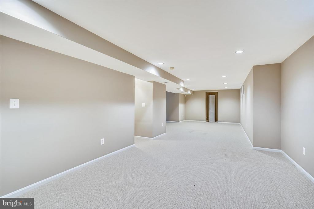 FULLY FINISHED LOWER LEVEL. CARPET APPROX 2 Y/O - 20672 PARKSIDE CIR, STERLING