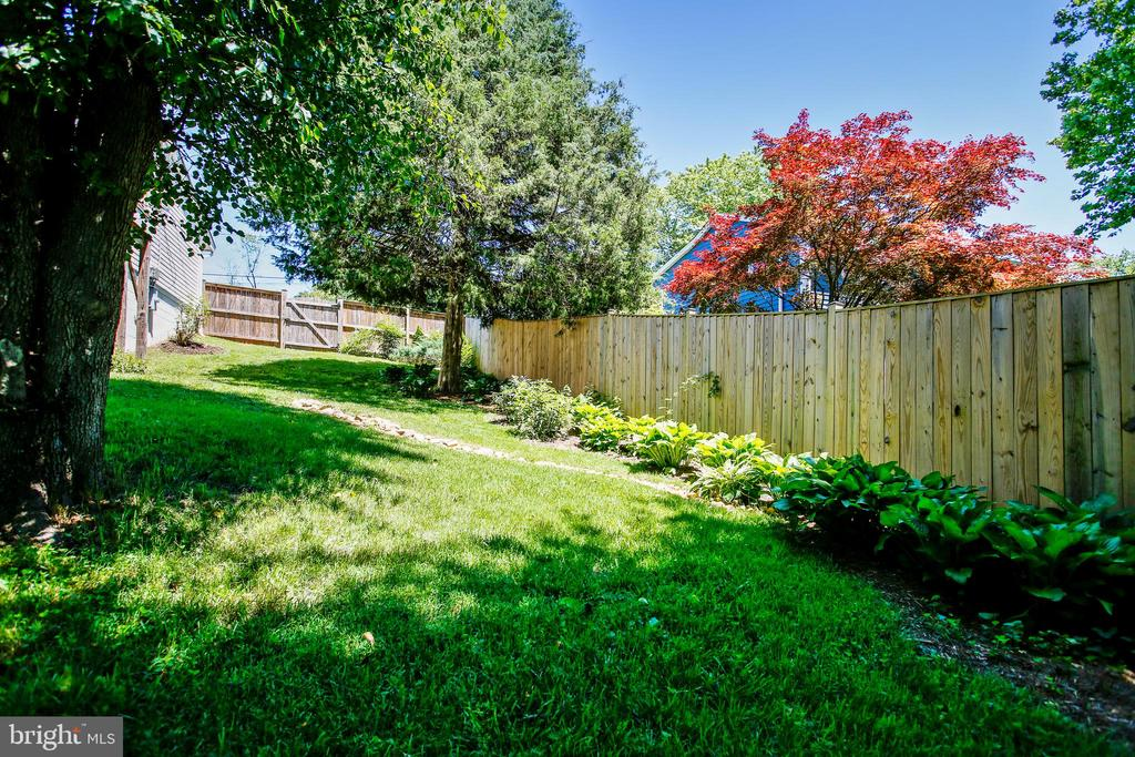 Gorgeous Landscaping - 6508 HAYSTACK RD, ALEXANDRIA