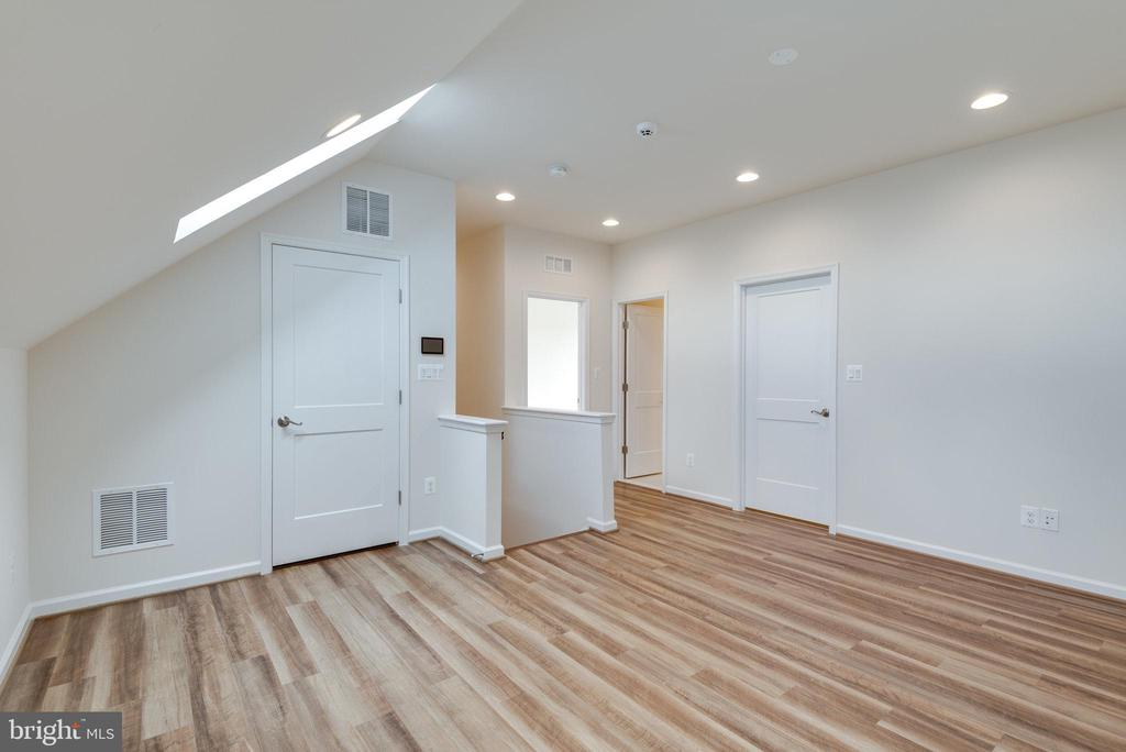 Huge loft area with storage, full bath, & bedroom - 42758 AUTUMN DAY TERRACE, ASHBURN