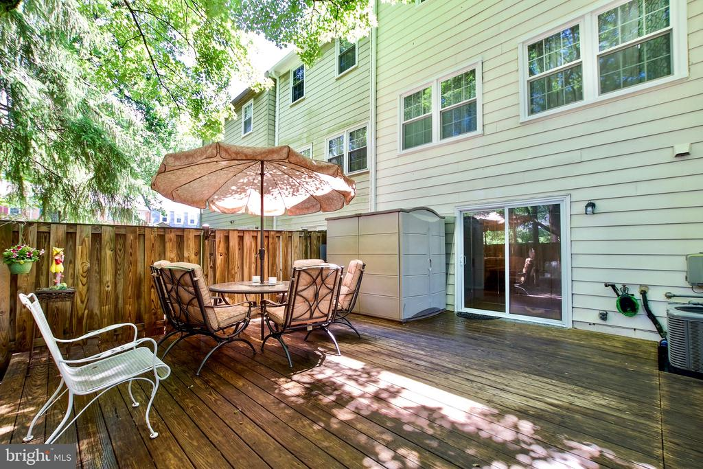 Expansive Tree-shaded Deck - 9453 CLOVERDALE CT, BURKE