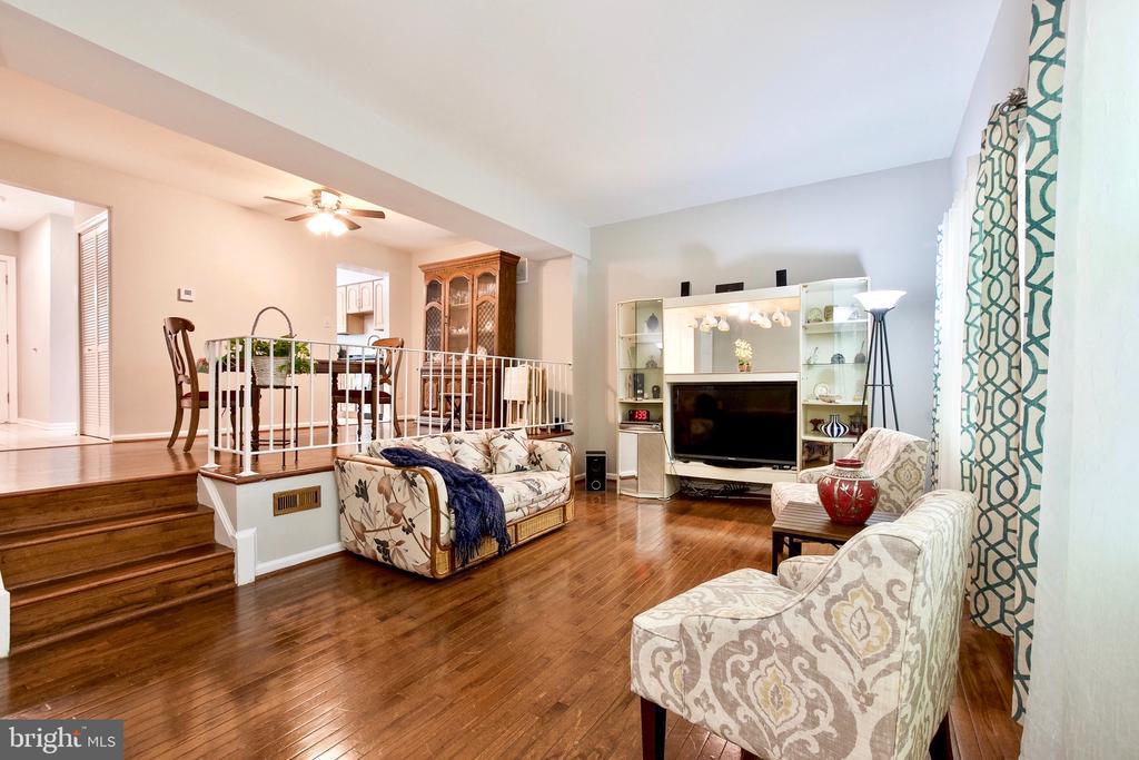 Spacious Living Room - 9453 CLOVERDALE CT, BURKE