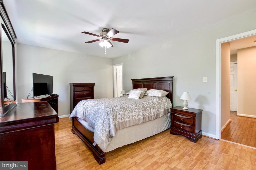 Spacious Primary Bedroom Suite with Double Closets - 9453 CLOVERDALE CT, BURKE