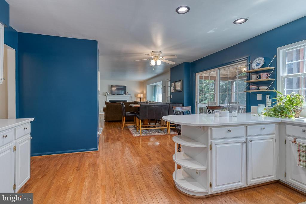Open concept breakfast area and family room - 132 NORTHAMPTON BLVD, STAFFORD