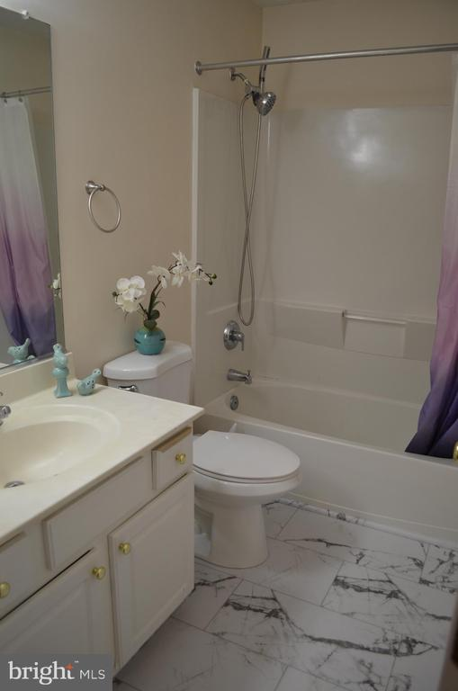 2nd level full bath - 2 bedrooms on this level - 4900 EDGEWARE TER, FREDERICK