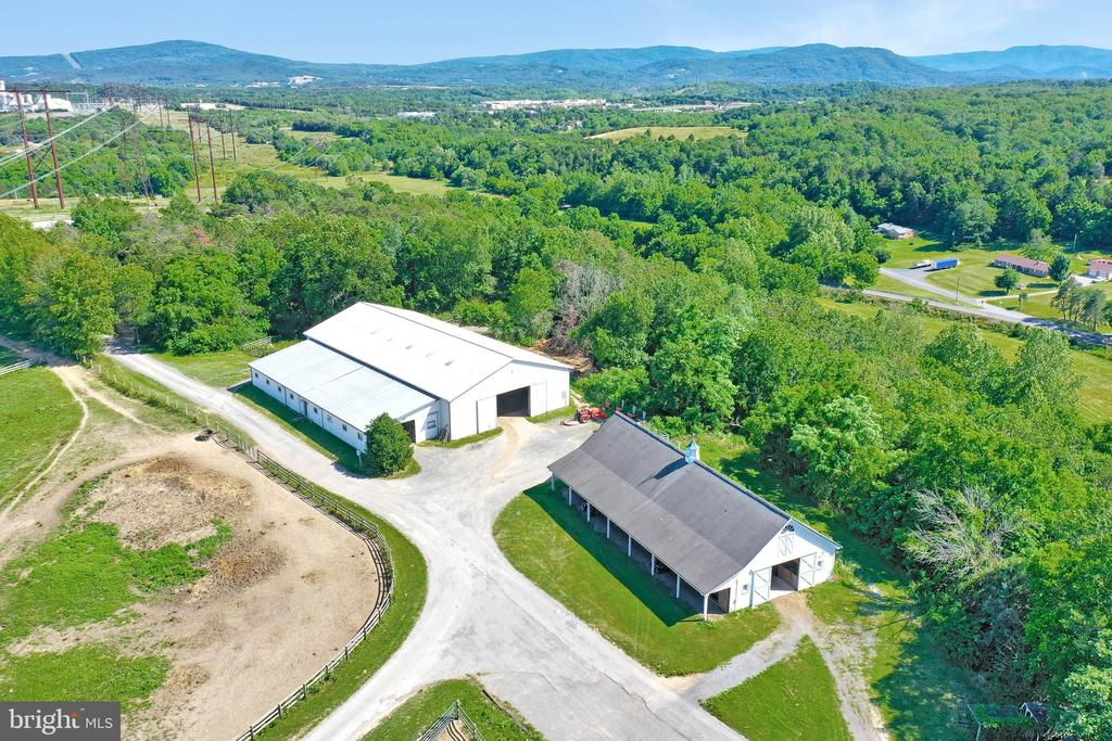 Horse barns with riding area - 5201 RELIANCE, MIDDLETOWN