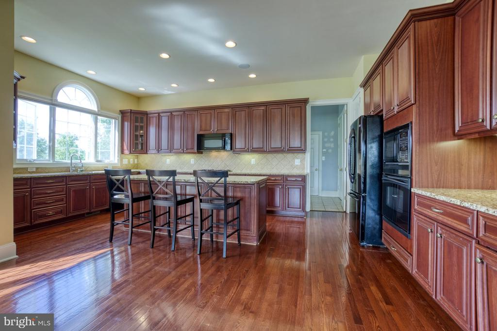 GOURMET KITCHEN WITH UPGRADED CHERRY CABINETS - 20003 BELMONT STATION DR, ASHBURN