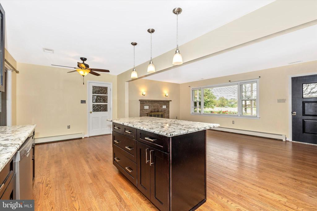 Center island with extra storage - 9822 HANSONVILLE RD, FREDERICK