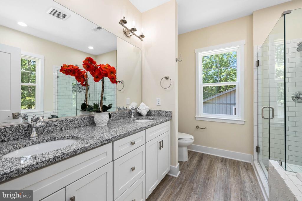 His and Her sinks, soaking tub and luxury floor - 418 BIRDIE RD, LOCUST GROVE
