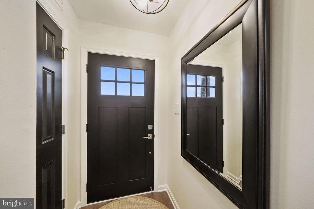 Front entrance foyer with a brand new door - 4110 WASHINGTON BLVD, ARLINGTON