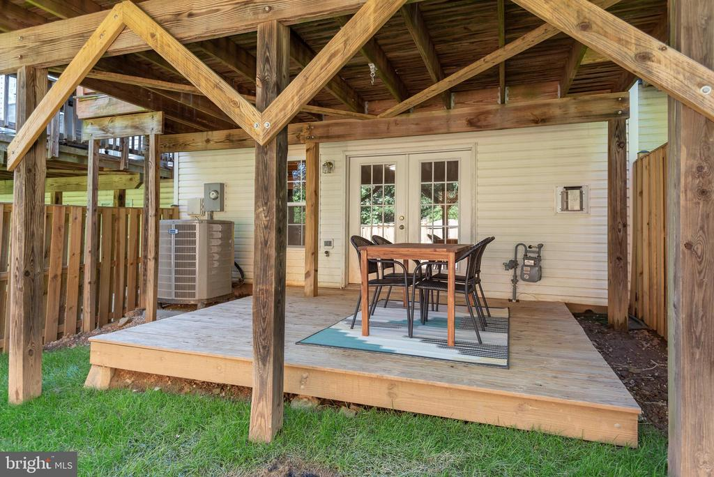 Gorgeous deck backyard deck for all weather activi - 612 BURBERRY TER SE, LEESBURG
