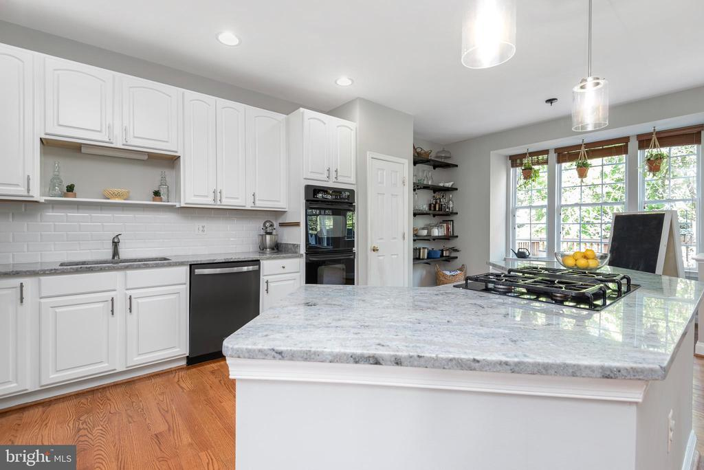 Entertain away with this large granite island! - 612 BURBERRY TER SE, LEESBURG