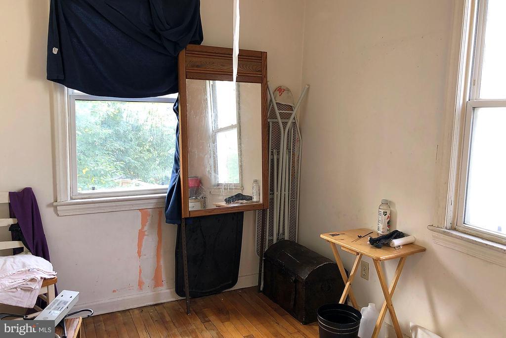 Back bedroom w/hardwood floors, ceiling fan - 4639 A ST SE, WASHINGTON
