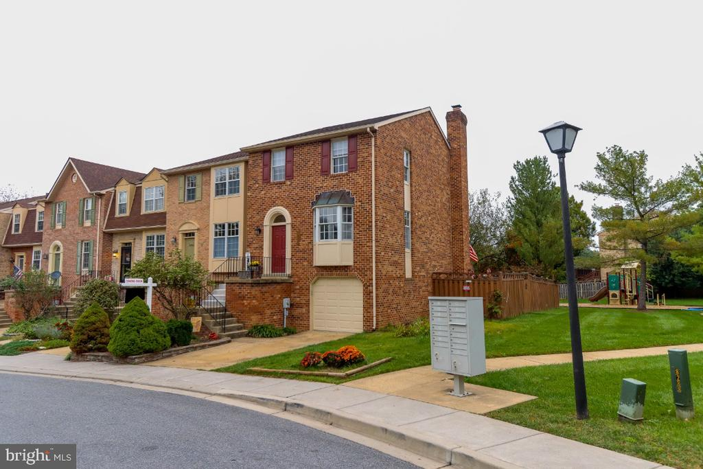 End unit TH allows for open space on the side. - 8288 WATERSIDE CT, FREDERICK