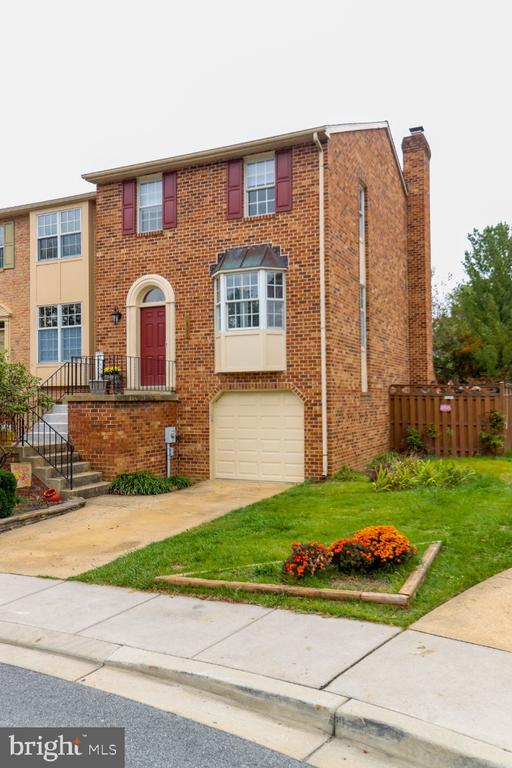 easy parking in your driveway & garage - 8288 WATERSIDE CT, FREDERICK