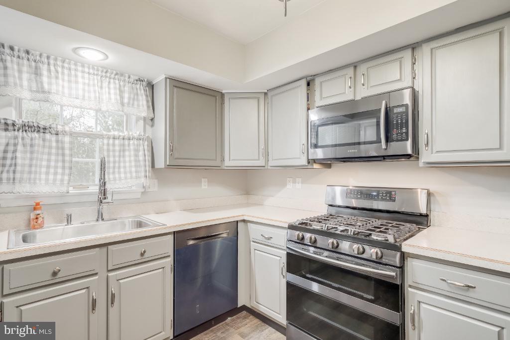 newer Gas stove ... window above kitchen sink - 8288 WATERSIDE CT, FREDERICK
