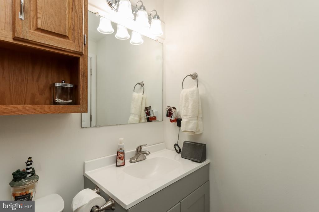 Full bathroom in upper level hallway - 8288 WATERSIDE CT, FREDERICK