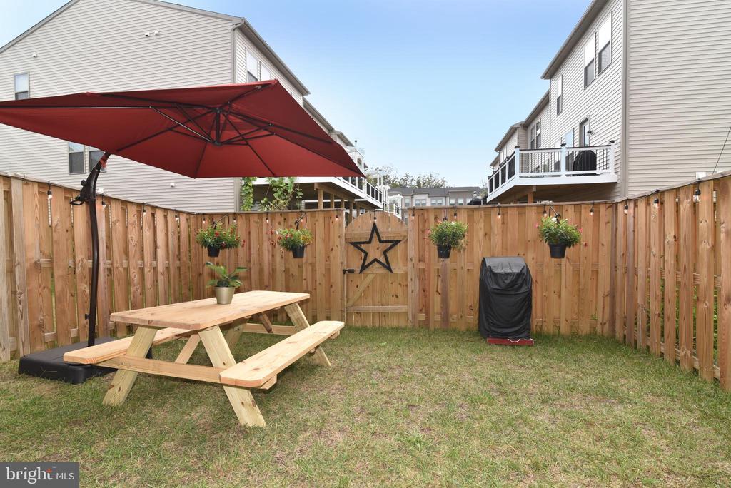 Private fenced yard - 42349 ALDER FOREST TER, STERLING
