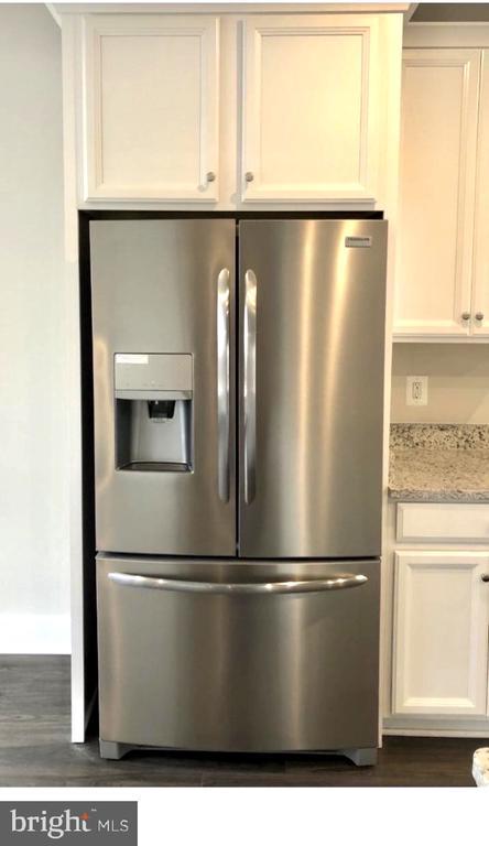 Double door Refrigerator - external icemaker - 12012 N SHORE DR, RESTON