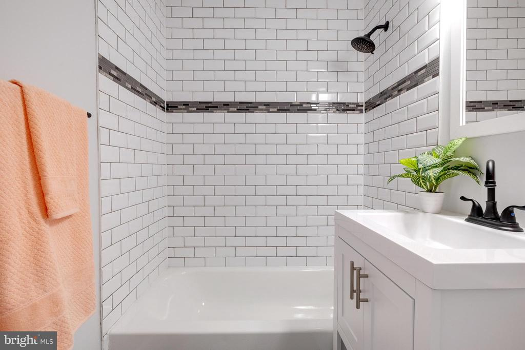 Upper Level Bathroom - 14315 FERNDALE RD, WOODBRIDGE