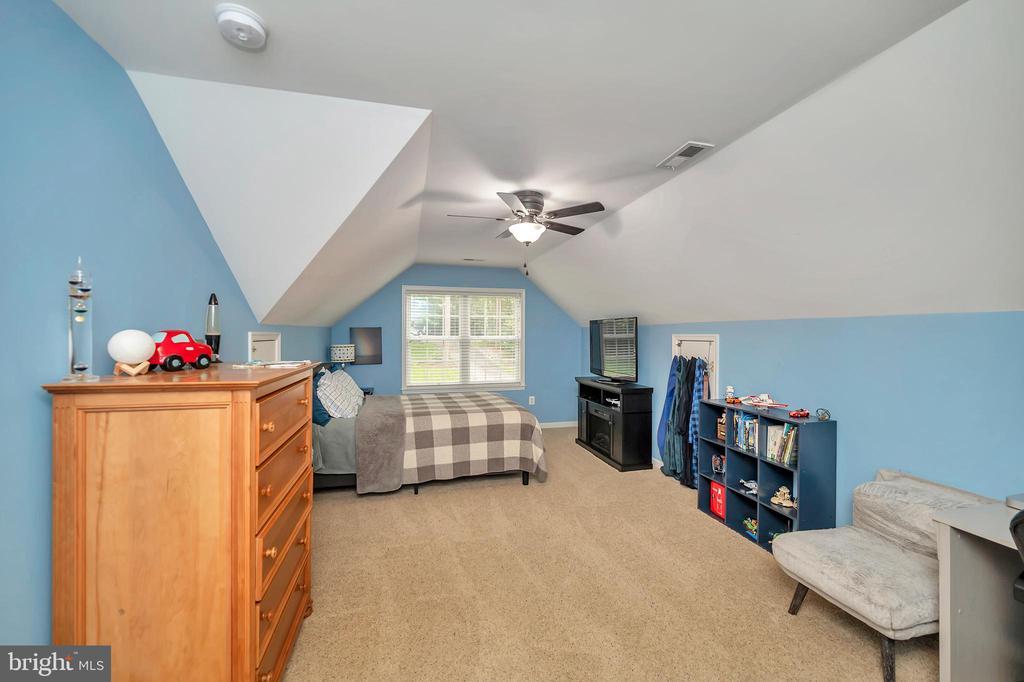 Large third bedroom - 7398 JACKSON DR, KING GEORGE