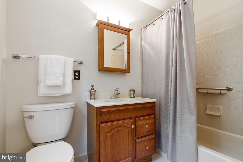 Primary en-suite bathroom - 7324 JENNA RD, SPRINGFIELD