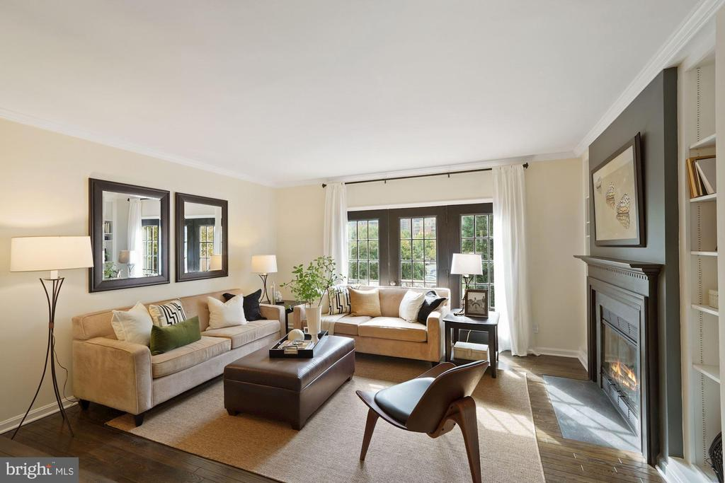 Elegant family room - 4110 WASHINGTON BLVD, ARLINGTON