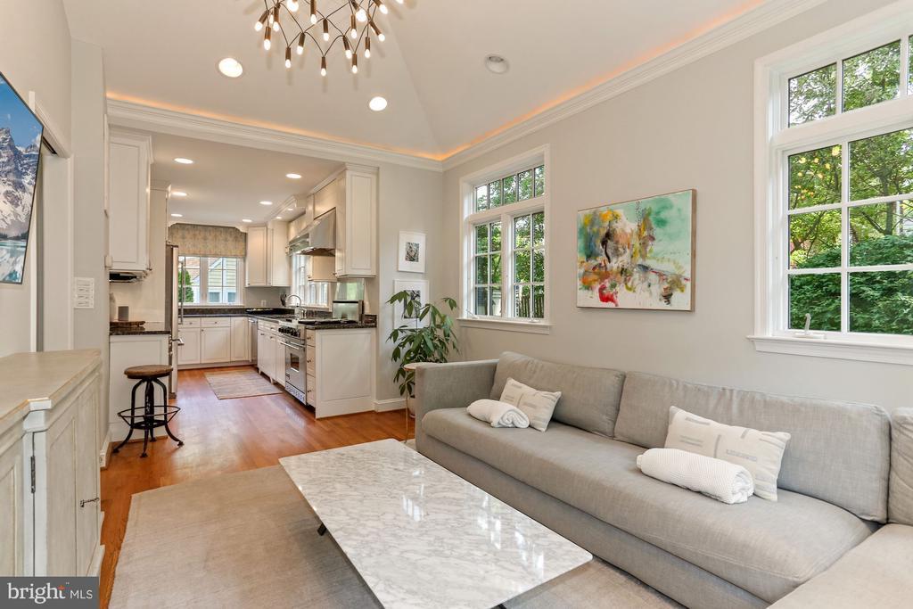 Family Room open to Kitchen - 1537 N IVANHOE ST, ARLINGTON