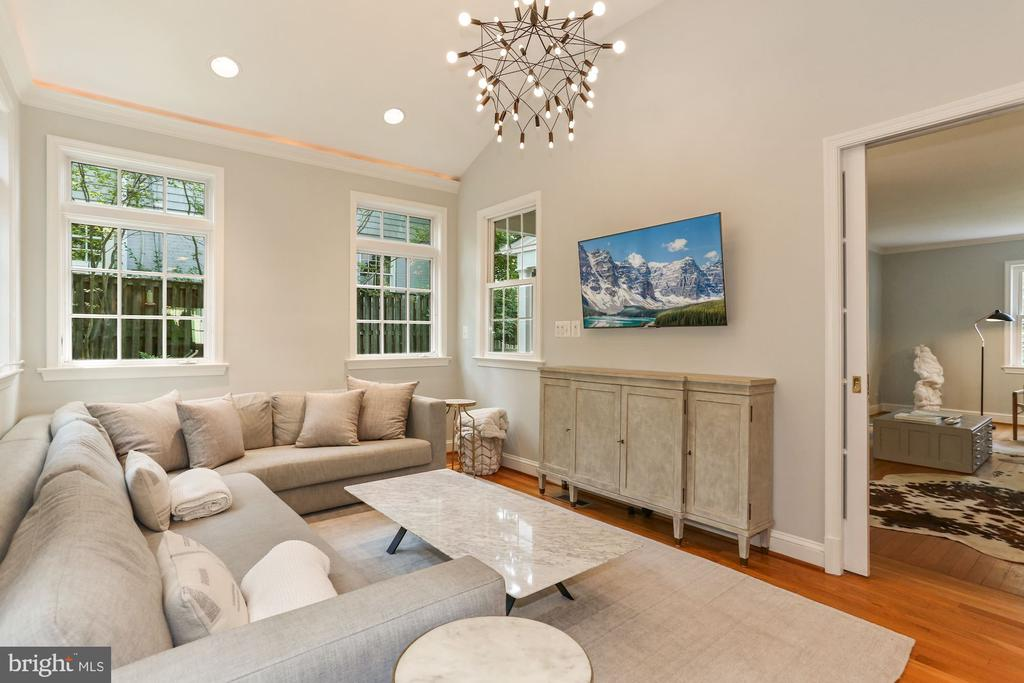 Family Room with Vaulted Ceiling - 1537 N IVANHOE ST, ARLINGTON