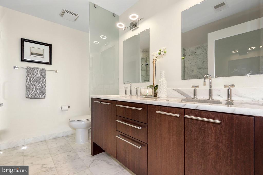 Primary bath dual sinks - 2001 15TH ST N #1106, ARLINGTON