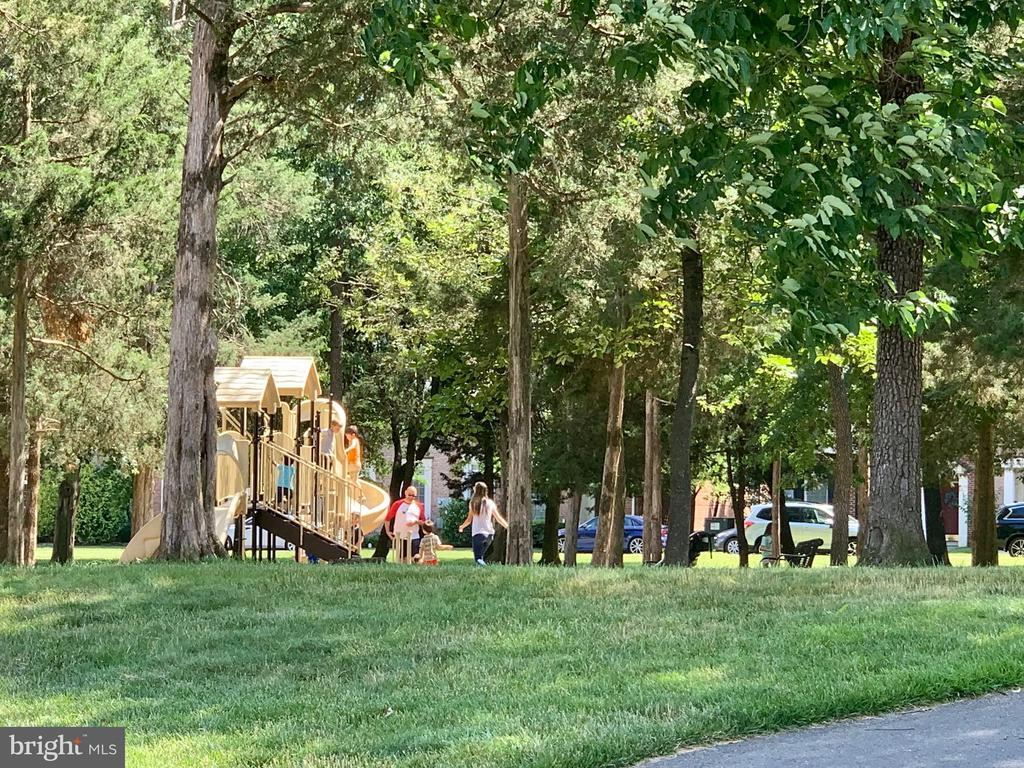 playgrounds - 22765 FOUNTAIN GROVE SQ, BRAMBLETON
