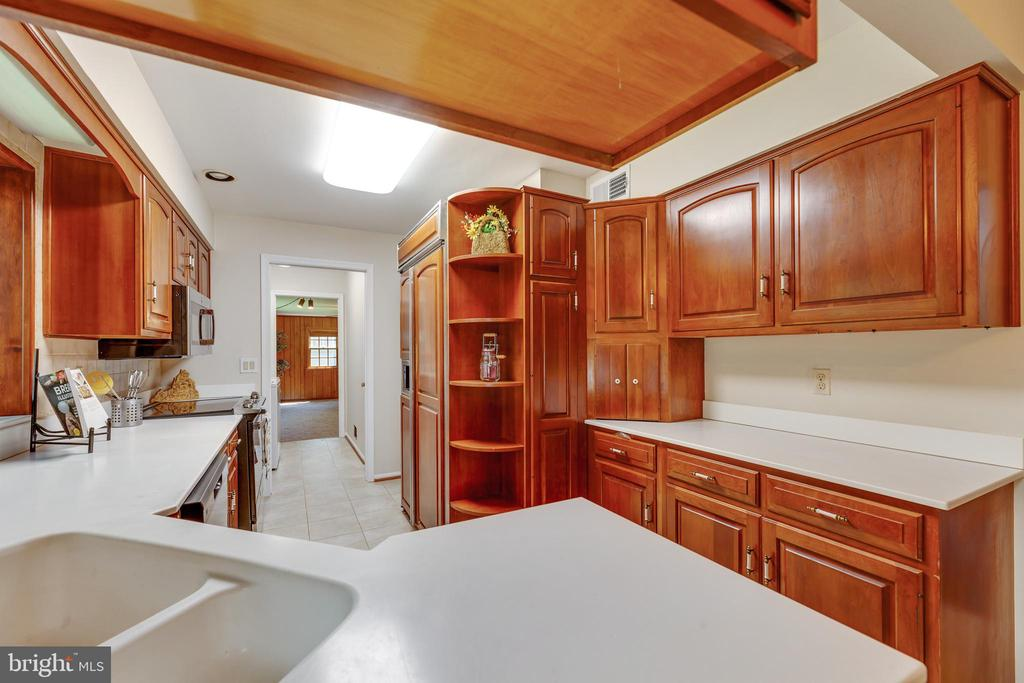 Corner cabinets and room for the chef's tools! - 3208 SHOREVIEW RD, TRIANGLE