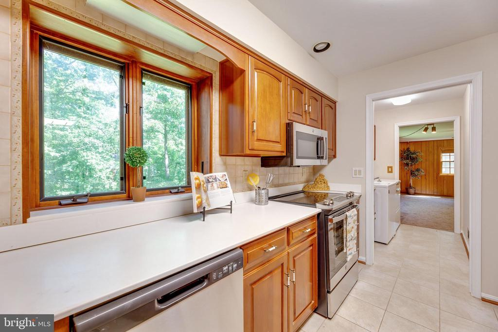 Great counterspace and window overlooking the pond - 3208 SHOREVIEW RD, TRIANGLE